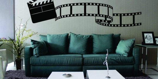 Sofá verde com referência ao cinema
