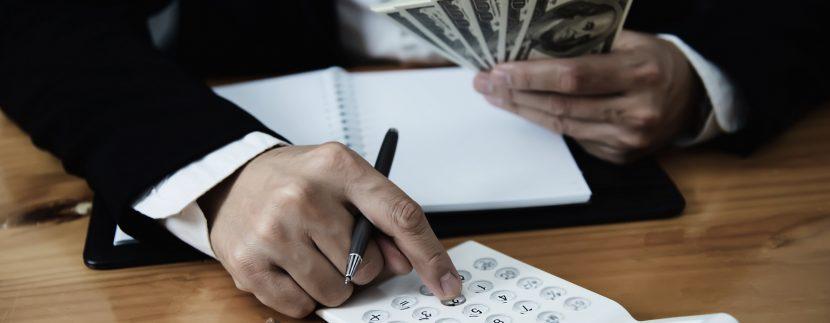 homem contando dinheiro para compra de imóvel